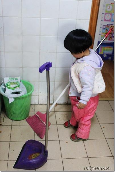 2012年3月26日中午在厨房扫地